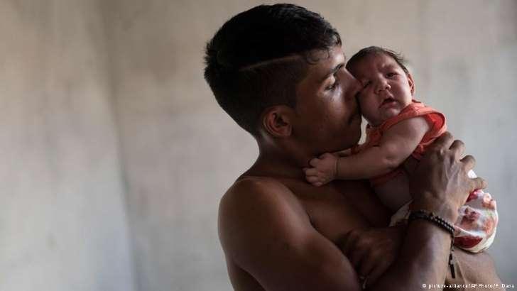 Fornecido por Deutsche Welle Dejailson Arruda e a filha com microcefalia, em Santa Cruz do Capibaribe (PE), em dezembro de 2015