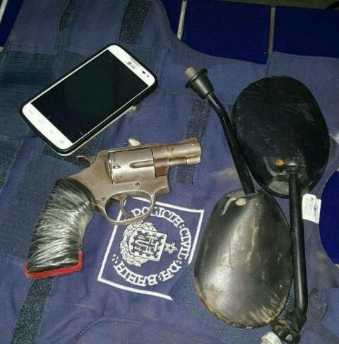 O colete que foi furtado no dia da fuga foi recuperado. Uma arma e uma moto foram apreendidas. Foto: PMBA