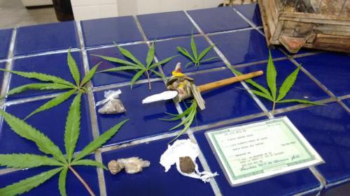 A erva e outra quantidade de droga que estava com o homem foi apreendida