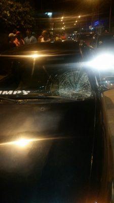 A mulher atingiu o pára brisa do veículo que quebrou na hora com o impacto. Foto: Informebarra.com.br