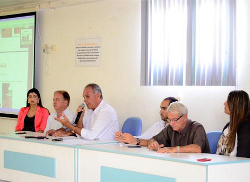 Prefeito Aguiberto (com microfone) e seus secretários. Foto: Informebarra.com.br
