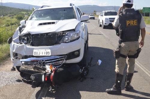 Dois homens estavam na moto, um morreu na hora. Foto: Informe Barra