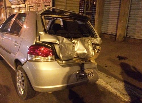 Com o impacto do motociclista o fundo do carro ficou destruído