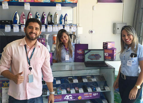 Na foto: Felipe (representante da Vivo), Aline (consultora), e a gerente da Zema, Natália.