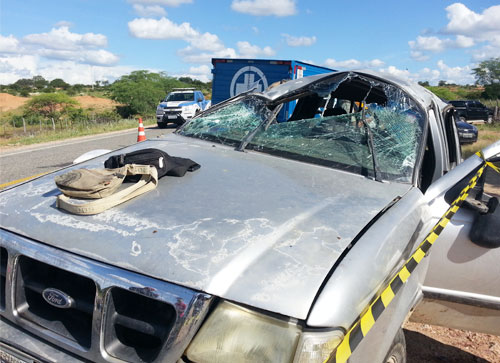 A caminhonete ficou parcialmente destruída. Foto: Informebarra.com.br