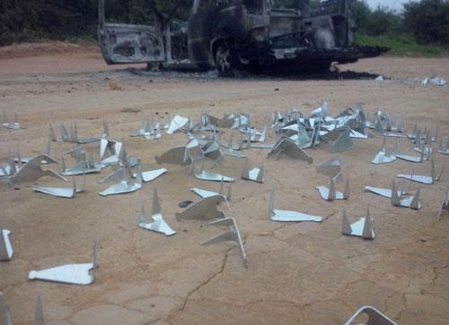 Um veículo foi incendiado e artefatos postos na estrada para impedir a passagem da polícia