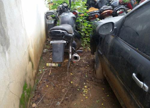 Peças e motocicleta estavam sendo furtadas de dentro do pátio da delegacia. Foto: Informebarra.com.br