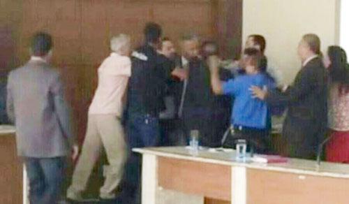 Os políticos chegaram a trocar socos antes da sessão ser suspensa | FOTO: Reprodução/Jacobina 24horas |