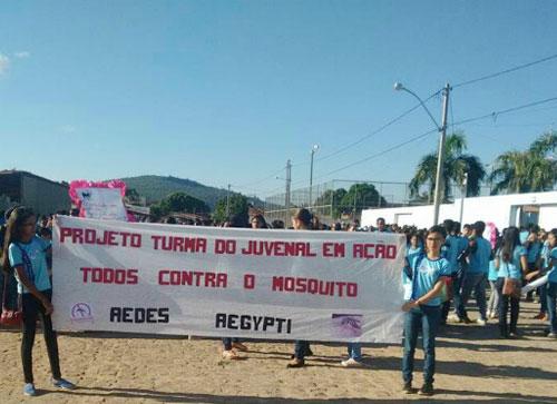 Alunos sairam da escola e percorreram as ruas com mensagens sobre o Aedes. Foto: Informebarra.com.br