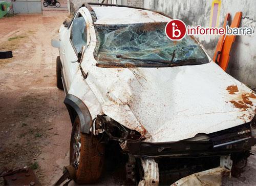 O carro ficou parcialmente destruído.