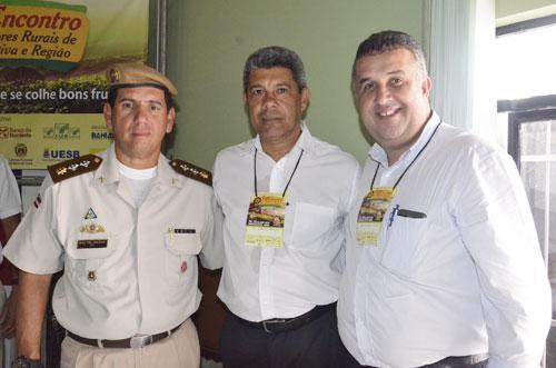 Major Jocevã Oliveira; Secretário de Desenvolvimento Rural da Bahia, Jerônimo Rodrigues e o prefeito de Barra da Estiva, Adriano Pires.