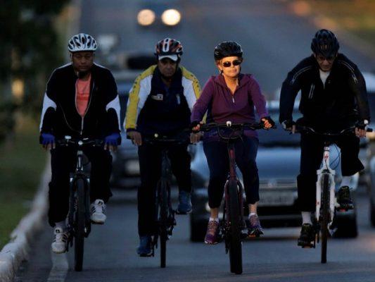 A presidente Dilma Rousseff anda de bicicleta acompanhada por seguranças na região do Palácio da Alvorada, em Brasília (Foto: Ueslei Marcelino/Reuters)