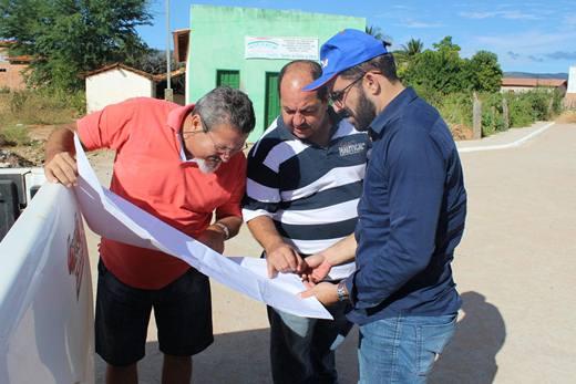O prefeito Albercinho, ao lado do engenheiro da Prefeitura Dr. Osvaldo e do fiscal da CEF vistoriaram as obras de calçamento em Tranqueiras (Foto: Leonardo Oliva/Sertão Hoje).