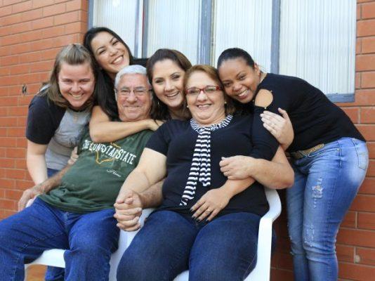 Casal com três das filhas e Alana que encontrou na família o lar que precisava (Foto: Renata Marconi/G1)