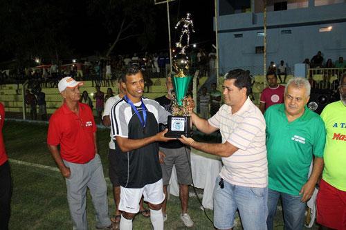 O capitão do Caraibunas, Dário, recebendo o troféu das mãos do vice prefeito de Ituaçu, Ruy.