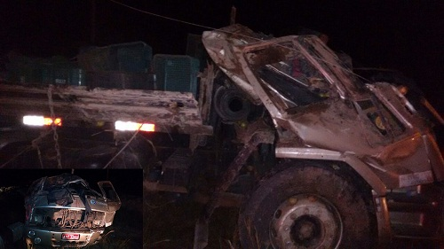 O caminhão capotou após o condutor perder o controle da direção e atingiu o motociclista. Foto: Informebarra.com.br