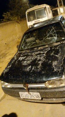O veículo tem placa de São Paulo e supostamente é proveniente de roubo, segundo a polícia que está apurando o caso.