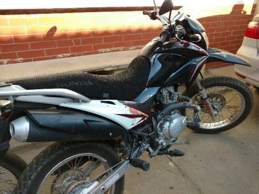 A moto ainda com marcas de sangue foi encaminhada para a delegacia. Foto: Informe Barra.com.br