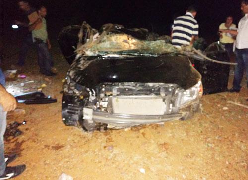Depois de desvirado, foi possível notar ainda mais o quanto o carro ficou destruído. Foto: Informebarra.com.br