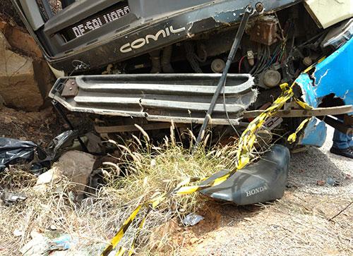 O ônibus arrastou a motocicleta e o condutor por vários metros.