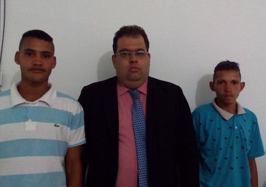 Os jovens se apresentaram na companhia do advogado, Raimundo Márcio Ribeiro.