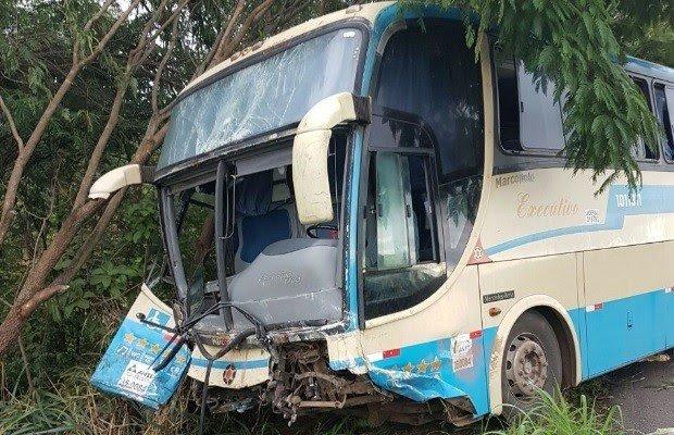 Motorista e 16 passaeiros do ônibus saíram ilesos do acidente (Foto: Divulgação/PRF)