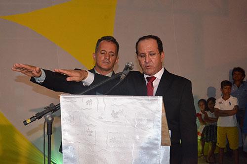 Adalberto e Luiz fazendo o juramento durante a solenidade de posse. Foto: Informebarra.com.br