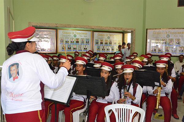 A orquestra abrilhantou a solenidade.